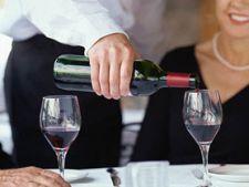 cum turnam vinul in pahar